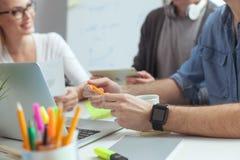 Rozochocona kreatywnie drużyna komunikuje w biurze Fotografia Royalty Free