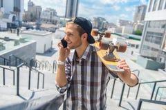 Rozochocona męska łyżwiarka komunikuje na telefonie Fotografia Royalty Free
