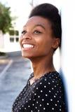 Rozochocona młoda afro amerykańska kobieta opiera ściana Zdjęcia Royalty Free