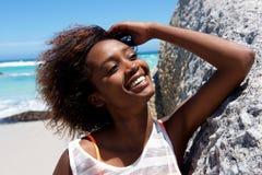 Rozochocona młoda afrykańska kobieta outdoors przy plażą Zdjęcia Royalty Free