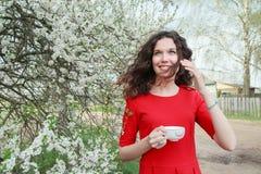 Rozochocona młoda dama w czerwieni sukni i falowanie włosy Fotografia Royalty Free