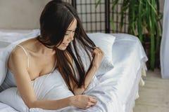 Rozochocona młoda dziewczyna ma odpoczynek w pokoju fotografia royalty free