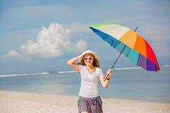 Rozochocona młoda dziewczyna z tęcza parasolem ma Fotografia Royalty Free