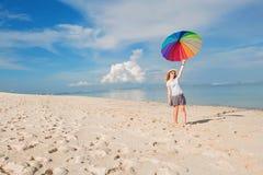Rozochocona młoda dziewczyna z tęcza parasolem ma Zdjęcie Royalty Free