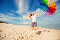 Rozochocona młoda dziewczyna z tęcza parasolem ma Zdjęcia Royalty Free