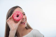 Rozochocona młoda kobieta bawić się z słodkim jedzeniem Zdjęcie Stock