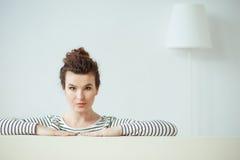 Rozochocona młoda kobieta jest odpoczynkowa w domu zdjęcie royalty free