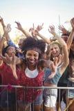 Rozochocona młoda kobieta ostro protestować cieszyć się przy festiwalem muzyki Zdjęcia Stock