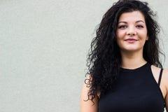 Rozochocona młoda kobieta outdoors żywotność i siła Obrazy Stock