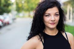 Rozochocona młoda kobieta outdoors żywotność i siła Fotografia Royalty Free