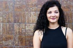 Rozochocona młoda kobieta outdoors żywotność i siła Zdjęcia Stock