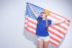 Rozochocona młoda kobieta wyraża jej patriotyzm zdjęcie royalty free