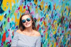 Rozochocona młoda kobieta z round szkłami zdjęcia stock