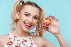 Rozochocona młoda kobieta z słodki varicolored Obraz Stock