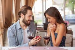 Rozochocona młoda kochająca para świętuje wewnątrz obrazy royalty free