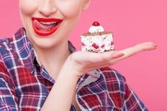 Rozochocona młoda kobieta je smakowitego jedzenie Zdjęcia Royalty Free