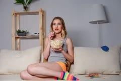 Rozochocona młoda kobieta odpoczywa w domu Zdjęcia Royalty Free