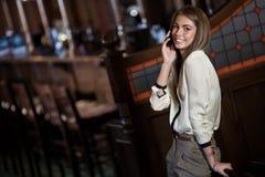 Rozochocona młoda kobieta target953_0_ na telefon komórkowy Obrazy Stock