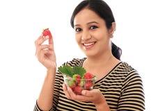Rozochocona młoda kobieta trzyma puchar truskawki Obrazy Stock