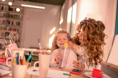 Rozochocona mała dziewczynka bawić się z jej cukierkiem zdjęcie royalty free