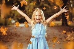 Rozochocona mała dziewczynka w jesień kolorowym parku zdjęcia stock
