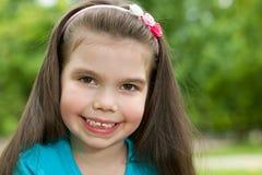 Rozochocona mała dziewczynka plenerowa Obraz Stock