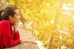 Rozochocona marzycielska młoda kobieta przy zmierzchem obraz stock