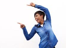 Rozochocona młoda amerykanin afrykańskiego pochodzenia kobieta wskazuje palce Zdjęcia Royalty Free