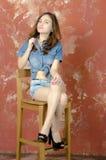 Rozochocona młoda nastoletnia dziewczyna w drelichowych skrótach Obraz Royalty Free