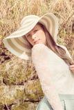 Rozochocona modna kobieta w elegancki kapeluszu i sukienki pozować Zdjęcia Stock