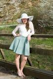 Rozochocona modna kobieta w elegancki kapeluszu i sukienki pozować Zdjęcie Stock