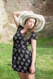Rozochocona modna kobieta w elegancki kapeluszu i sukienki pozować Zdjęcie Royalty Free