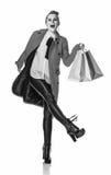 Rozochocona nowożytna kobieta w czerwonym żakiecie na bielu z torba na zakupy Zdjęcie Royalty Free