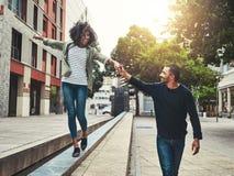 Rozochocona para cieszy się chodzić w mieście zdjęcia royalty free
