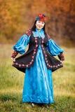 Rozochocona piękna dziewczyna w obywatel sukni mądrze obrazy royalty free