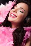 Rozochocona piękno dziewczyna z menchii piórkami Ma zabawę - przyjemność zdjęcia royalty free