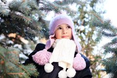 Rozochocona piękna dziewczyna w purpurowym zima kapeluszu zdjęcia royalty free