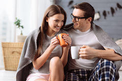 Rozochocona potomstwo para cieszy się kawę obraz stock