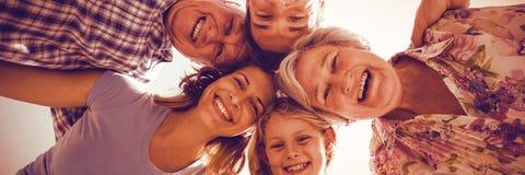 Rozochocona rodzina tworzy skupisko obraz stock