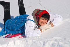 Rozochocona Rosyjska kobieta kłama w śniegu w sundress obrazy stock