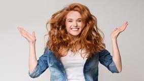 Rozochocona rudzielec dziewczyna z latać kędzierzawego włosy fotografia royalty free