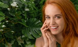 Rozochocona rudzielec kobieta śmia się na zielonym tle zdjęcia royalty free
