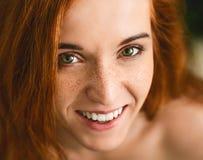Rozochocona rudzielec kobieta śmia się przy kamerą z piegami obrazy royalty free