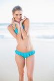 Rozochocona seksowna blondynka w bikini pozować Obrazy Stock