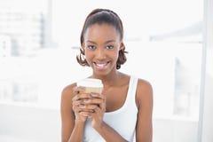 Rozochocona sporty wzorcowa mienie kawa Obrazy Stock