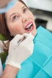 Rozochocona stara dama odwiedza ortodonta zdjęcia royalty free