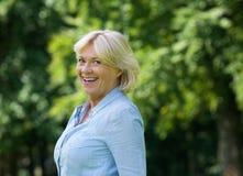 Rozochocona stara kobieta ono uśmiecha się outdoors Zdjęcia Stock