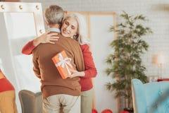 Rozochocona starsza kobieta ściska jej męża fotografia stock