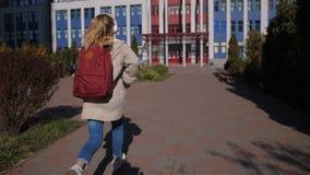 Rozochocona szkoły średniej dziewczyna biega lekcje zdjęcie wideo