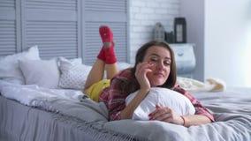 Rozochocona uśmiechnięta ładna kobieta relaksuje na łóżku zdjęcie wideo
